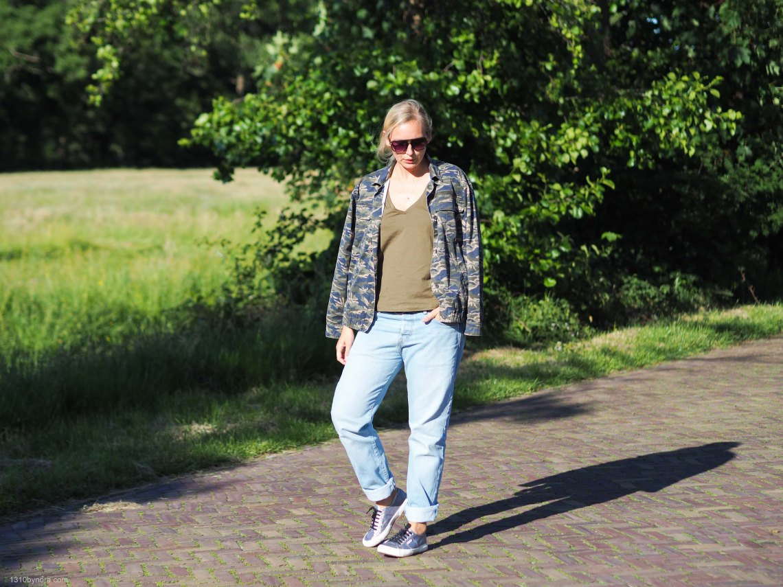 Outfit- boyfriend-jeans-style-denim-camo-look